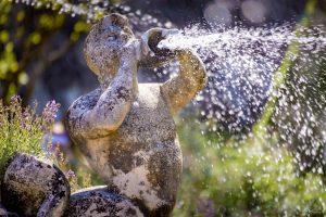 statue d'un triton soufflant de l'eau