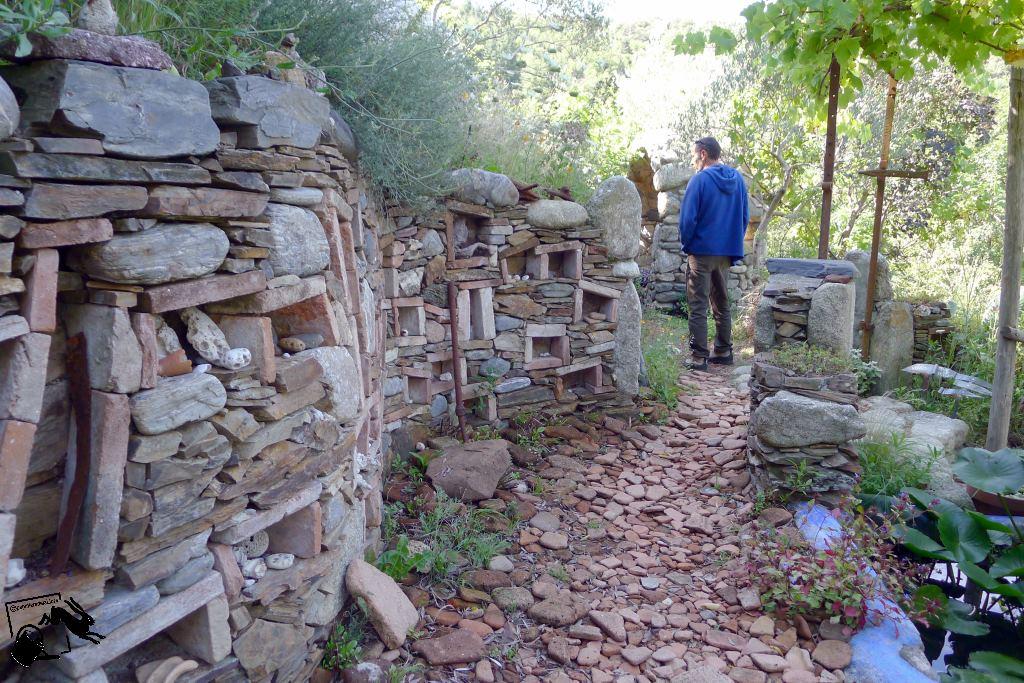 mur du jardin en pierres et briques